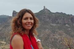 Carolina Romero González con Roque Nublo de fondo. Gran Canaria.